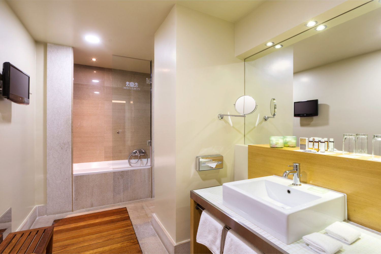 Bath Junior Suite Urban View Megaron